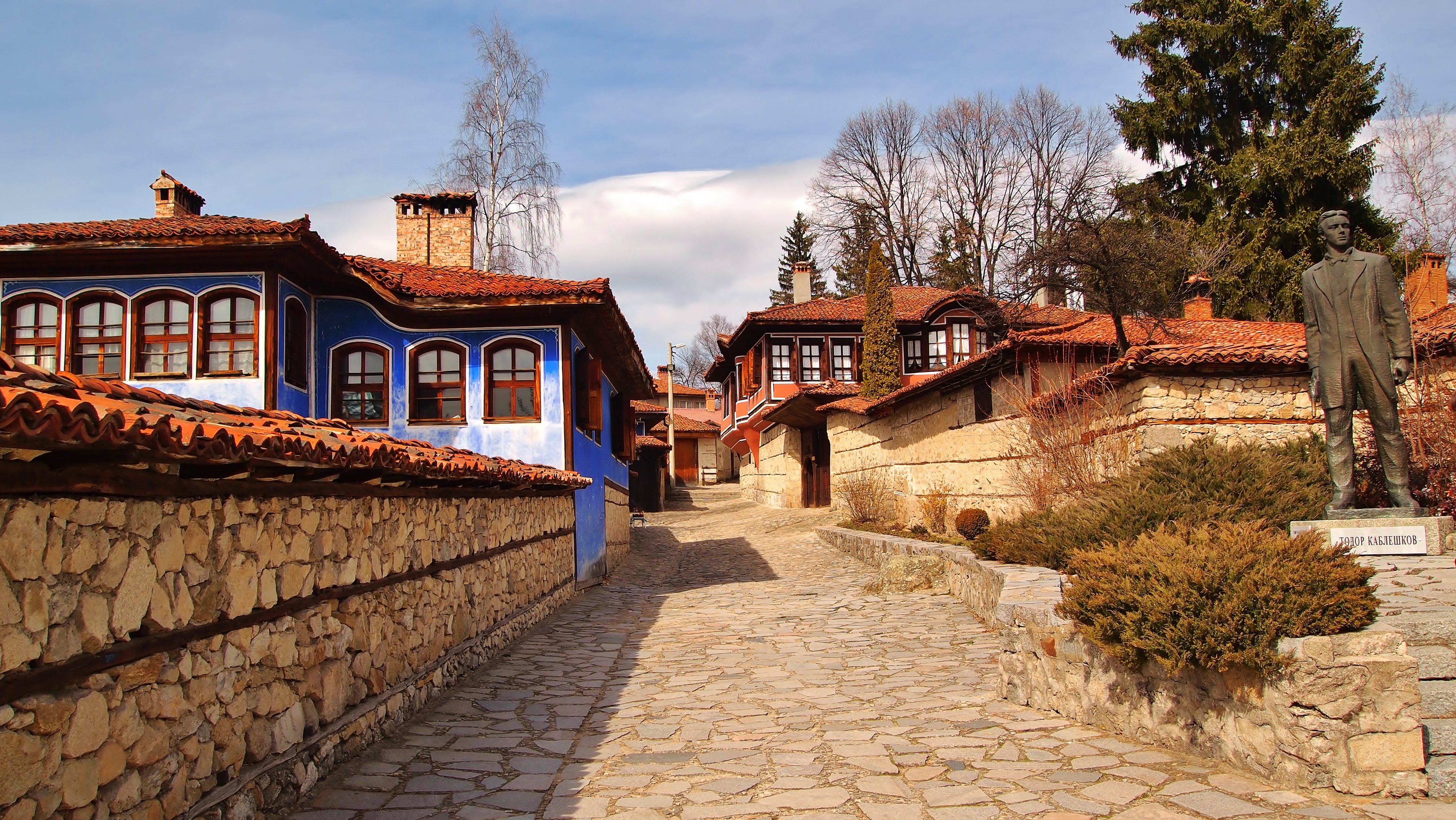 impressive building, Todor Kableshkov Memorial House, statue of the bulgarian revolutionary, stairs, streetview,